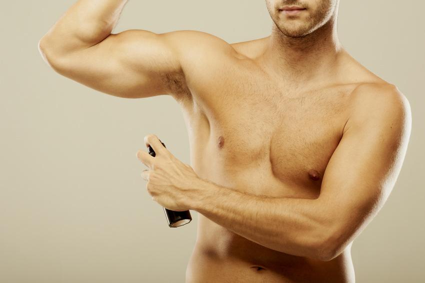 homme musclé nu déodorant